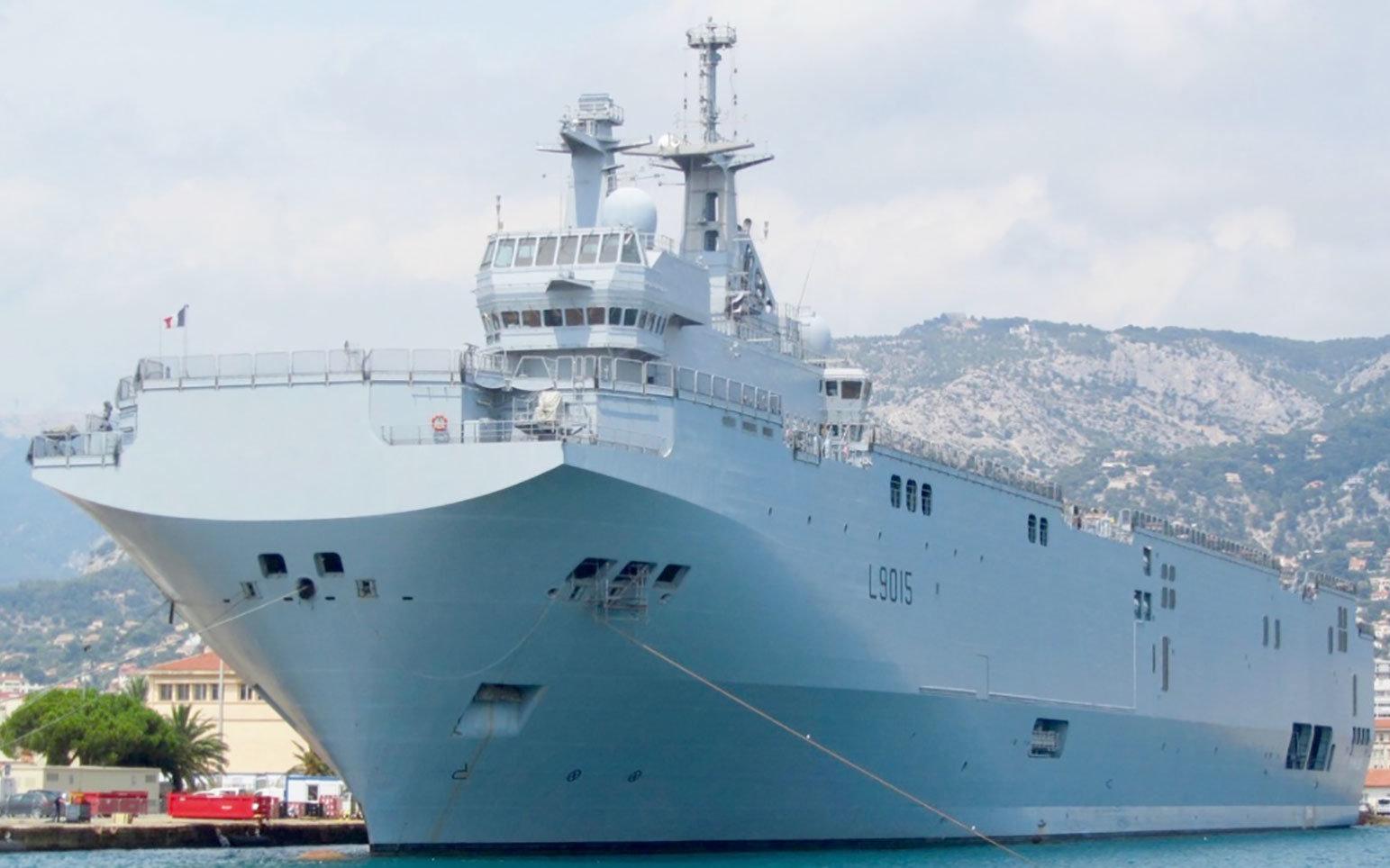 Le porte-hélicoptères amphibie français Dixmude dans les eaux des Antilles-Guyane